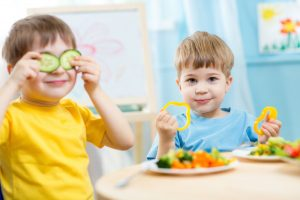 kids eating healthy vegetables